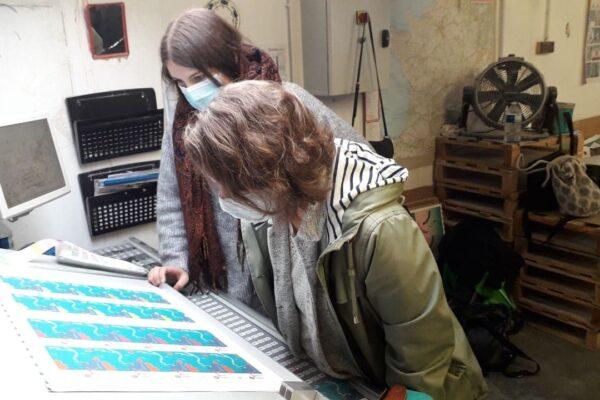 Claire Tarbes et Marion Cosperec a l_imprimerie parentheses